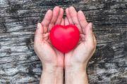 Základna pravidelných dárců stárne a noví nepřibývají