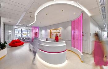 11 Recepce v růžových skleněných stěnách stoupají nekonečné řady růžových bublinek foto Dermacol