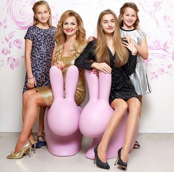 7 Věra Komárová se svými třemi dcerami foto Dermacol 2