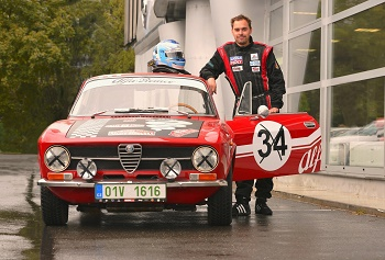 Automobilový závodník Filip Sajler s historickým vozem Alfa Romeo Junior