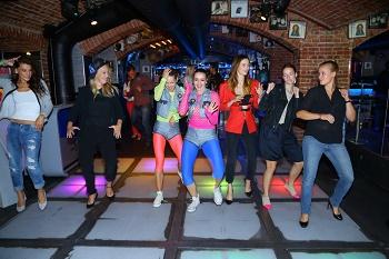 Děvčata dostala i lekci tance ve stylu 80 let IMG 3546