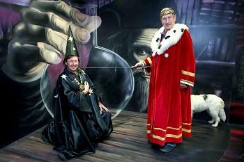 Král Václav Vydra pasuje Pavla Kožíška do funkce pohádkového ministra iluzí a kouzel