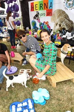 Míša Tomešová s manželem v psí herně