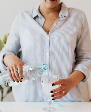 pexels zena naleva vodu 2