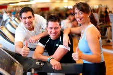 websize Group of friends on treadmill with thumbs up imagio28269542